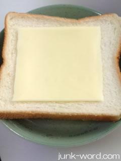 ホットサンドの具 焼きそば 食パンととけるチーズを用意