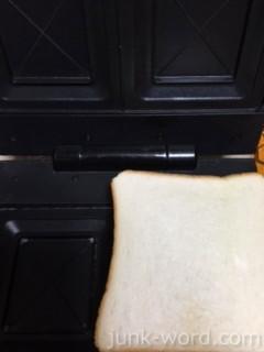 ホットサンドメーカーにコロッケと食パン8枚切りをセット