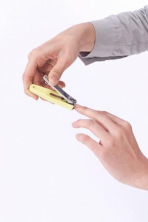指の爪を切る