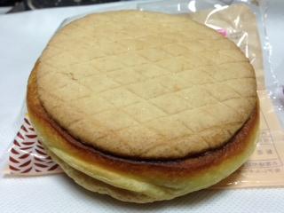 山崎製パン ザクザク食感のクッキー生地をのせたクリームパン